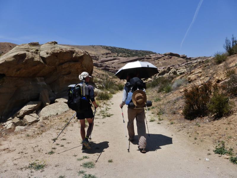 Mit Schirm, Charme und Rucksack